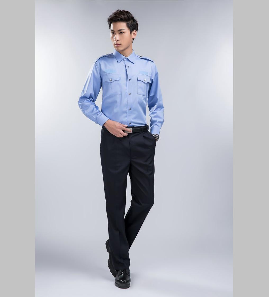 Đồng phục bảo vệ với tông áo mầu xanh da trời.Lưu ý khi đặt may, mua quần áo bảo hộ lao động