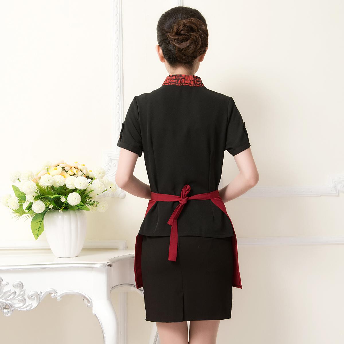 Nhân viên nhà hàng tự tin với phong cách chuyên nghiệp trong bộ đồng phục Mantis