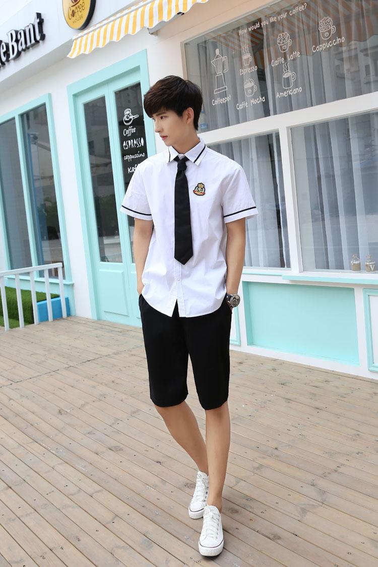Đồng phục học sinh cấp 3 nam với sơ mi trắng và quần sooc đen