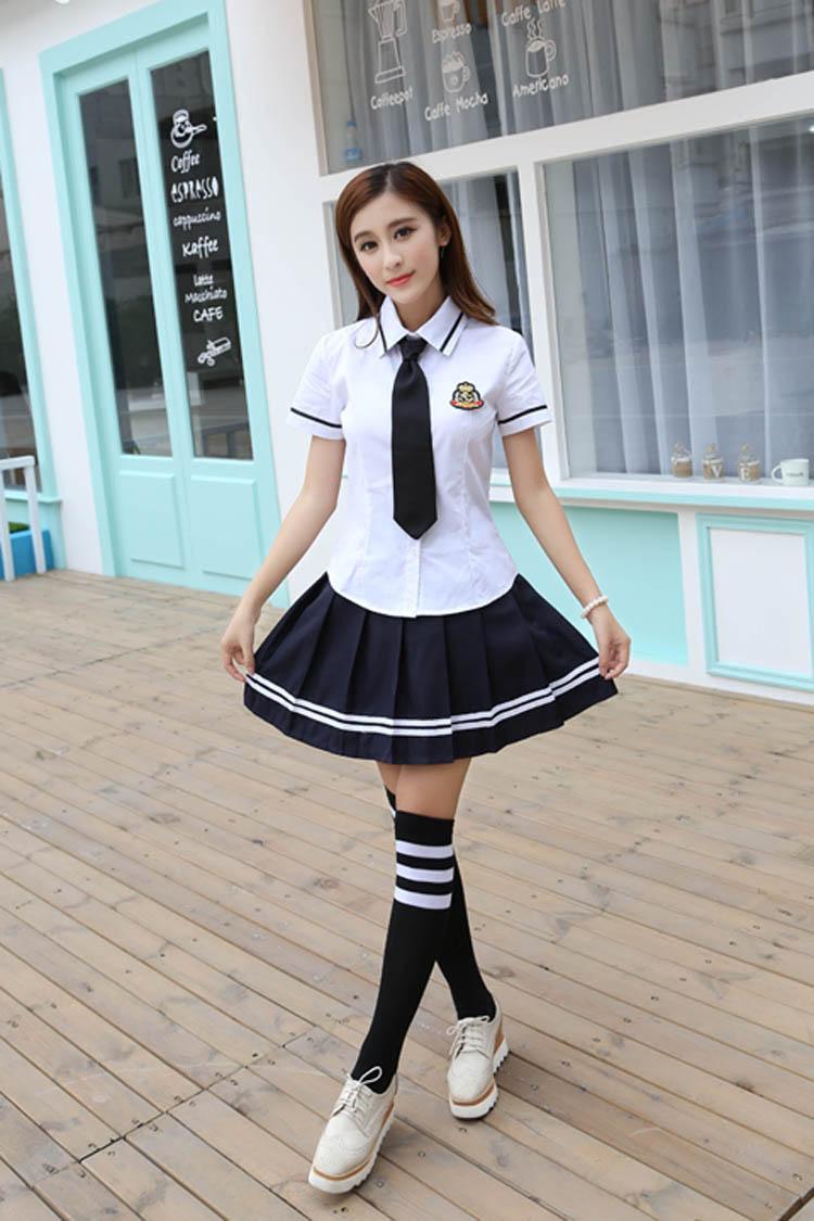 Đồng phục học sinh cấp 3 nữ điệu đà với sơ mi trắng và váy xếp ly đen