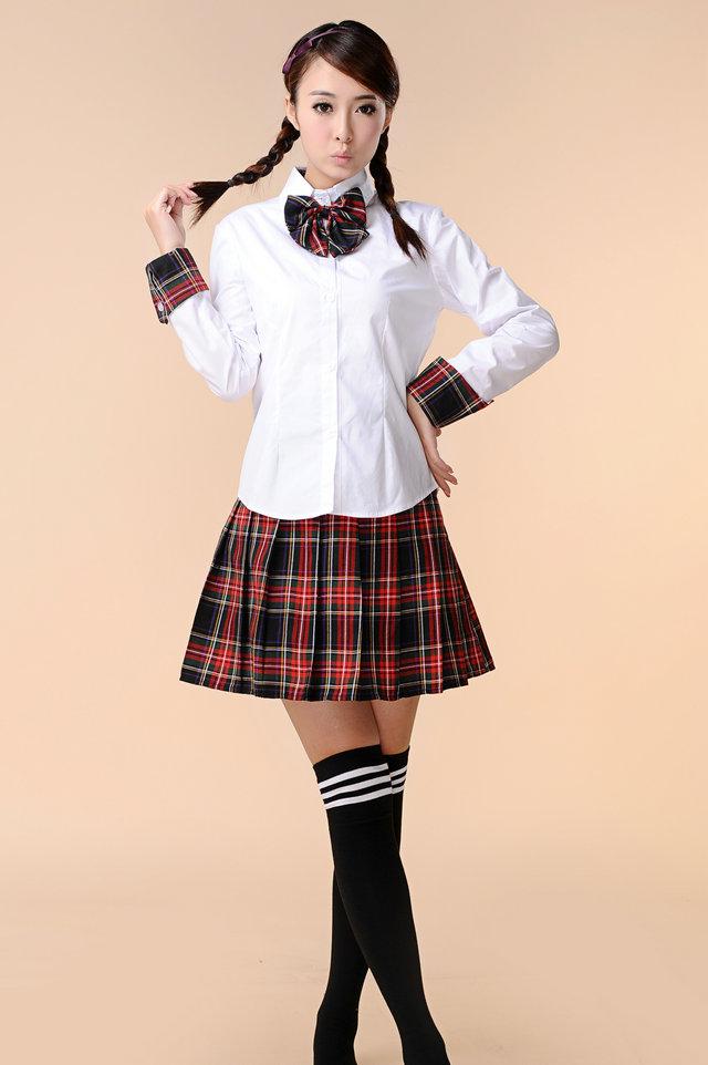 Kết hợp váy kẻ karo, nơ và sơ mi trắng cho những trẻ trung, năng động.