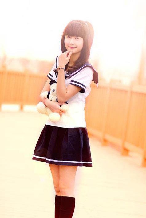 váy xếp ly và áo hải quân mang phong cách đồng phục học sinh Nhật Bản truyển thống.