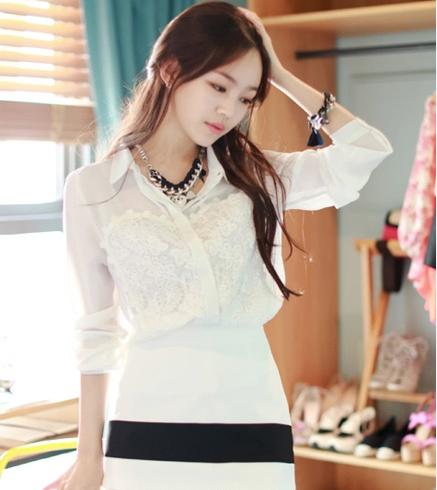 Mẫu áo sơ mi nữ công sở trắng có phối ren phần ngực.
