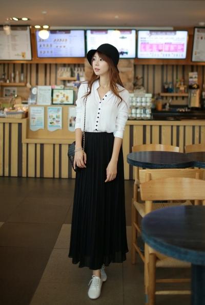 Áo sơ mi trắng có thể mix với nhiều trang phục khác nhau từ chân váy tới quần tây, jean, short.