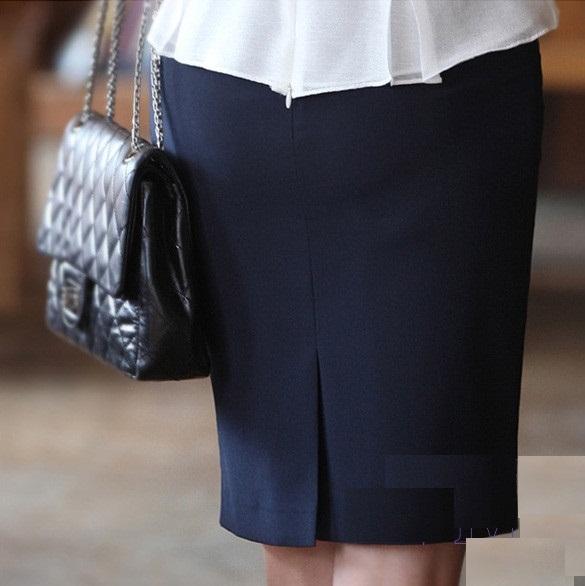 Một chiếc chân váy bút chì đen giúp cho bạn khoe vóc dáng vòng 3.