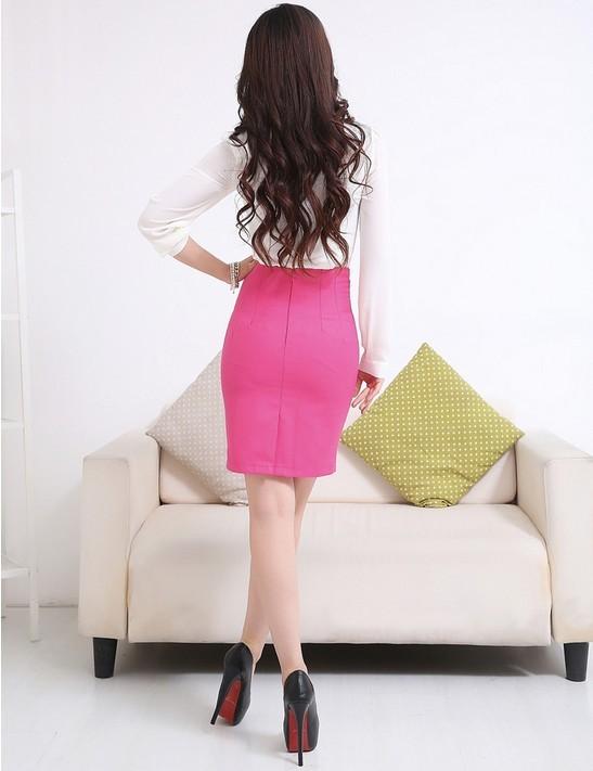 Hình ảnh mô tả phía sau của chân váy hồng cạp liền: khóa kéo giọt lệ được bố trí phía sau thẳng đường bổ sau. Váy có thiết kế xẻ sau truyền thống.
