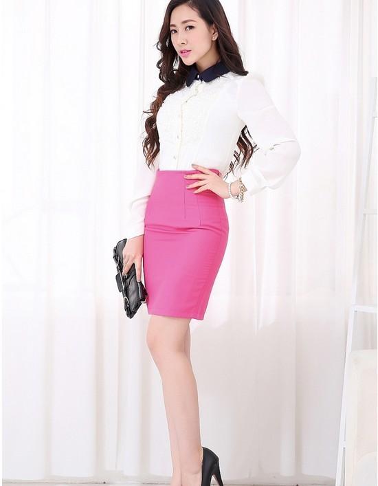 Chân váy hồng cạp liền dáng bút chì ôm gọn phần eo, hông và mông.