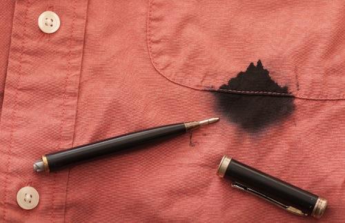 Vết mực trên túi áo