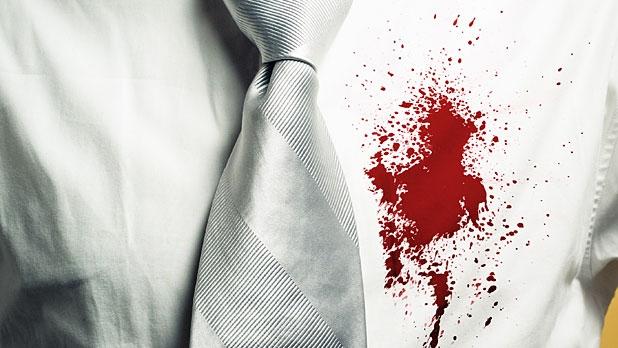 Máu dính trên áo sơ mi trắng. Cách tẩy vết bẩn trên quần áo là máu rất đơn giản nếu bạn biết.