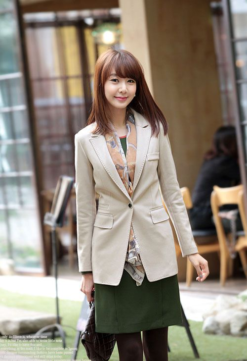 Áo vest là mẫu áo rất dễ dàng kết hợp cùng các trang phục khác như quần tây, áo sơ 4mi, chân váy, váy liền