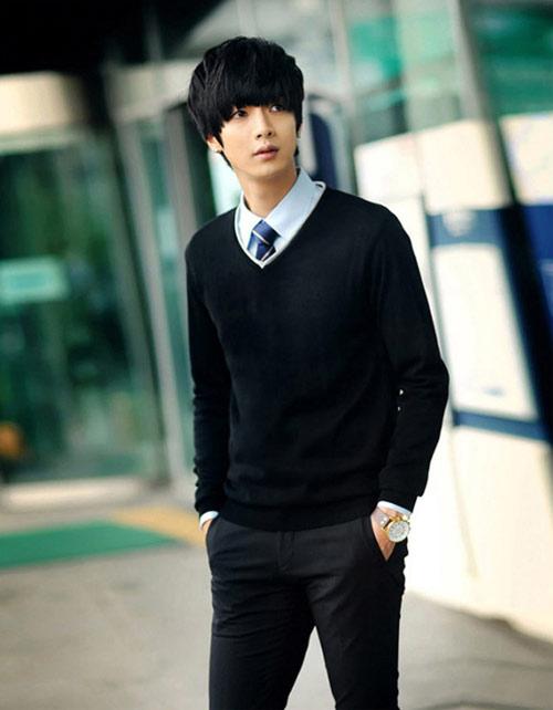 Aó len dài tay kết hợp sơ mi và quần kaki theo kiểu chuẩn phong cách Hàn Quốc.