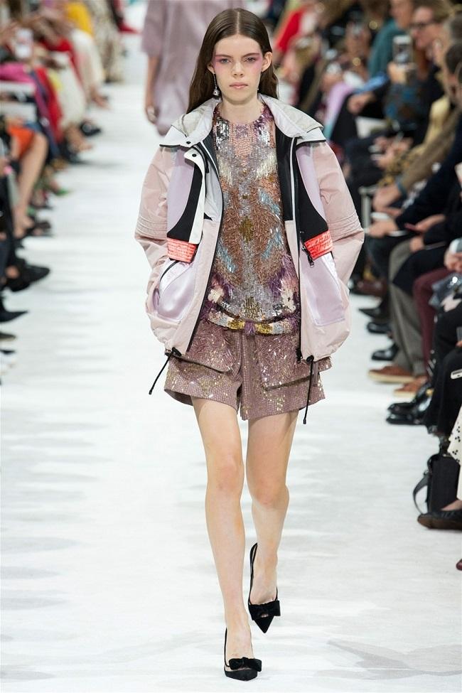 Các thương hiệu thời trang thế giới đã biến những chiếc áo khoác gió thành tiền như thế nào10