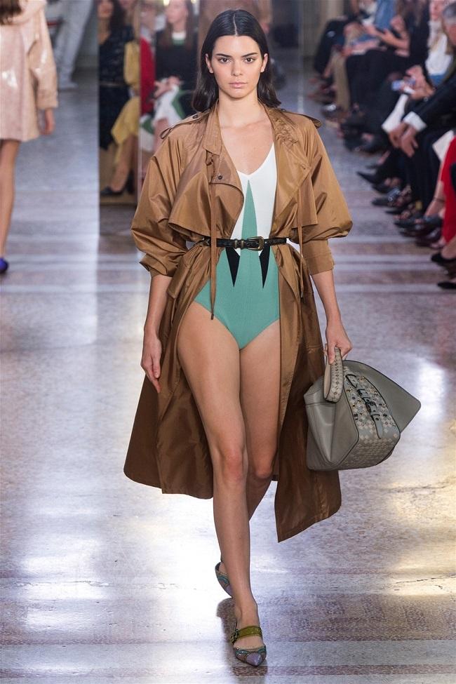 Các thương hiệu thời trang thế giới đã biến những chiếc áo khoác gió thành tiền như thế nào12