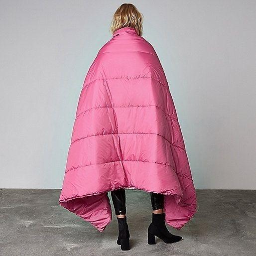 Hình ảnh phía sau của chiếc áo khoác to sụ.