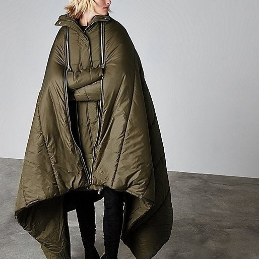 Chiếc áo khoác này kéo dài xuống quá đầu gối và phình rộng ra như chiếc khăn to sụ vậy
