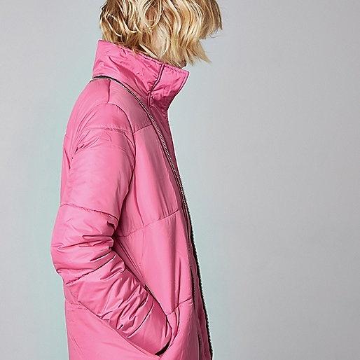"""Hiện tại, áo khoác kiêm túi ngủ hiện đang được River Island bán với giá 180 bảng Anh (khoảng 5,5 triệu đồng). Bạn có thể tìm hiểu và đặt mua sản phẩm này trên trang web của River Island. Rinh áo khoác đa năng """"thần thánh"""" này bạn sẽ không phải hối tiếc chút nào đâu!"""