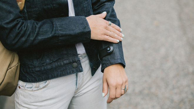 Hình ảnh mô tả cách sử dụng của chiếc áo khoác thời công nghệ số của levi's