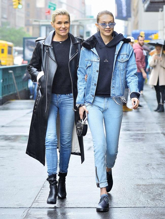 Áo hoodie đen được Gigi phối với cả cây denim trẻ trung khi xuống phố.