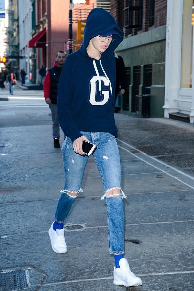 Áo hoodie, quần jeans và giày thể thao là thời trang street style yêu thích của siêu mẫu.