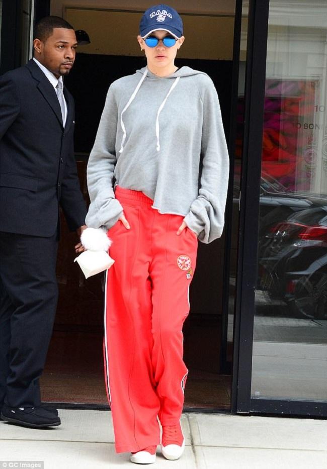Chất lừ với áo hoodie màu ghi và quần thể thao ống rộng đỏ nổi bật.