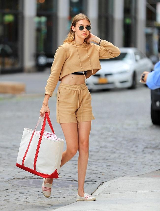 hoe vòng eo săn chắc và đôi chân thon dài với áo hoodie lửng và quần shorts tone-sur-tone.