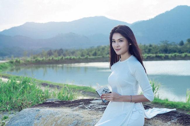 Á hậu Thùy Dung khoe vẻ đẹp dịu dàng trong tà áo dài trắng.