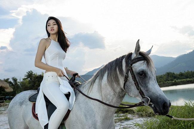 Thanh Thanh Tú tự tin tạo dáng trên lưng ngựa.