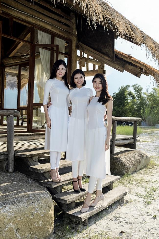 Các người đẹp tụ hồi trong tà áo dài trắng tinh khôi.