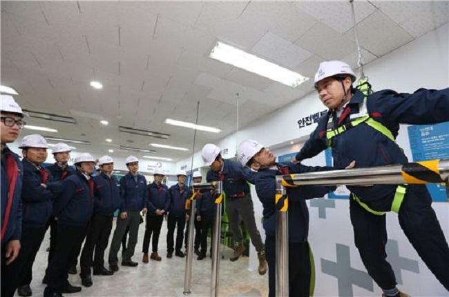 Tập huấn về trang bị bảo hộ lao động và an toàn lao động trong xây dựng tại Hàn Quốc.