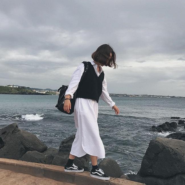 Cô nàng sành điệu trong nắng thu với áo gile len mượn của bà- Ảnh 10