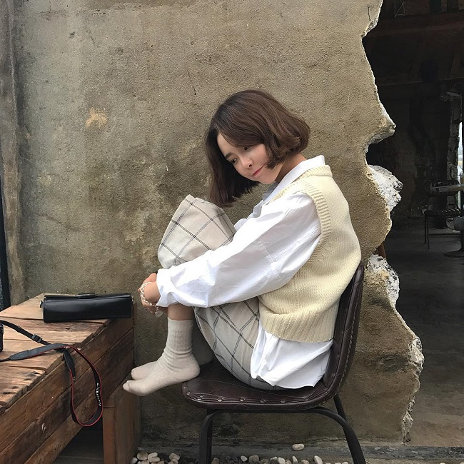 Cô nàng sành điệu trong nắng thu với áo gile len mượn của bà- Ảnh 3