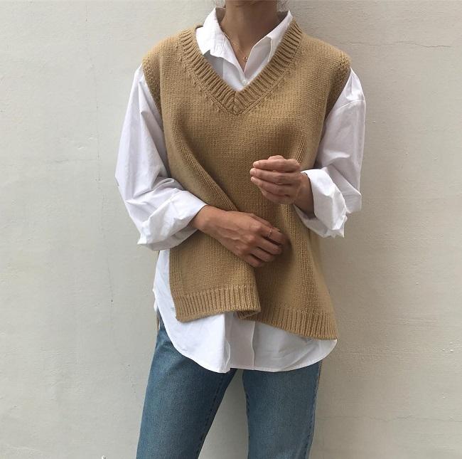 Cô nàng sành điệu trong nắng thu với áo gile len mượn của bà- Ảnh 4
