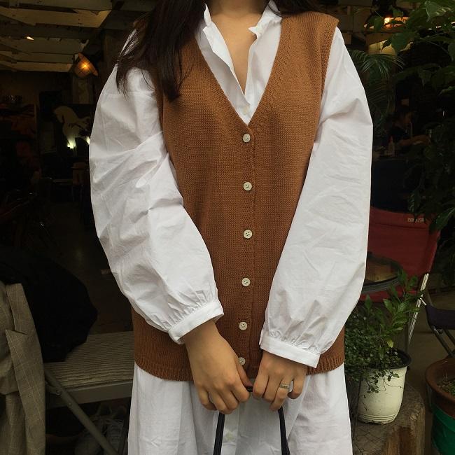 Cô nàng sành điệu trong nắng thu với áo gile len mượn của bà- Ảnh 9