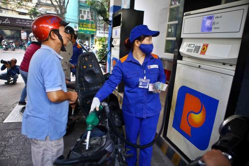 Hình ảnh nhân viên bán xăng của petrolimex
