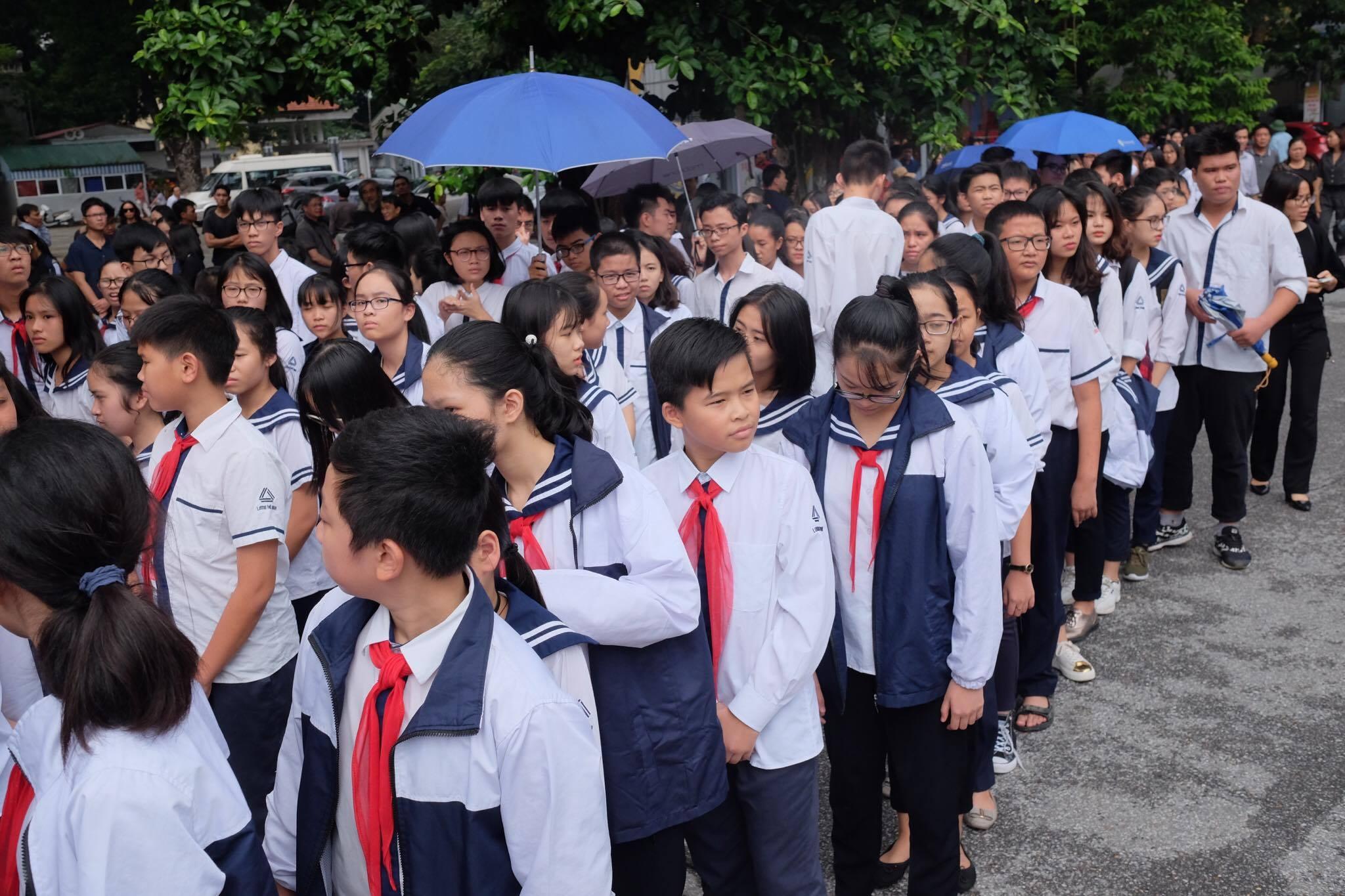 Nhiều học sinh trường Lương Thế Vinh đã bật khóc trong giờ phút tiễn đưa nhà giáo, hiệu trưởng Văn Như Cương về cõi vĩnh hằng.