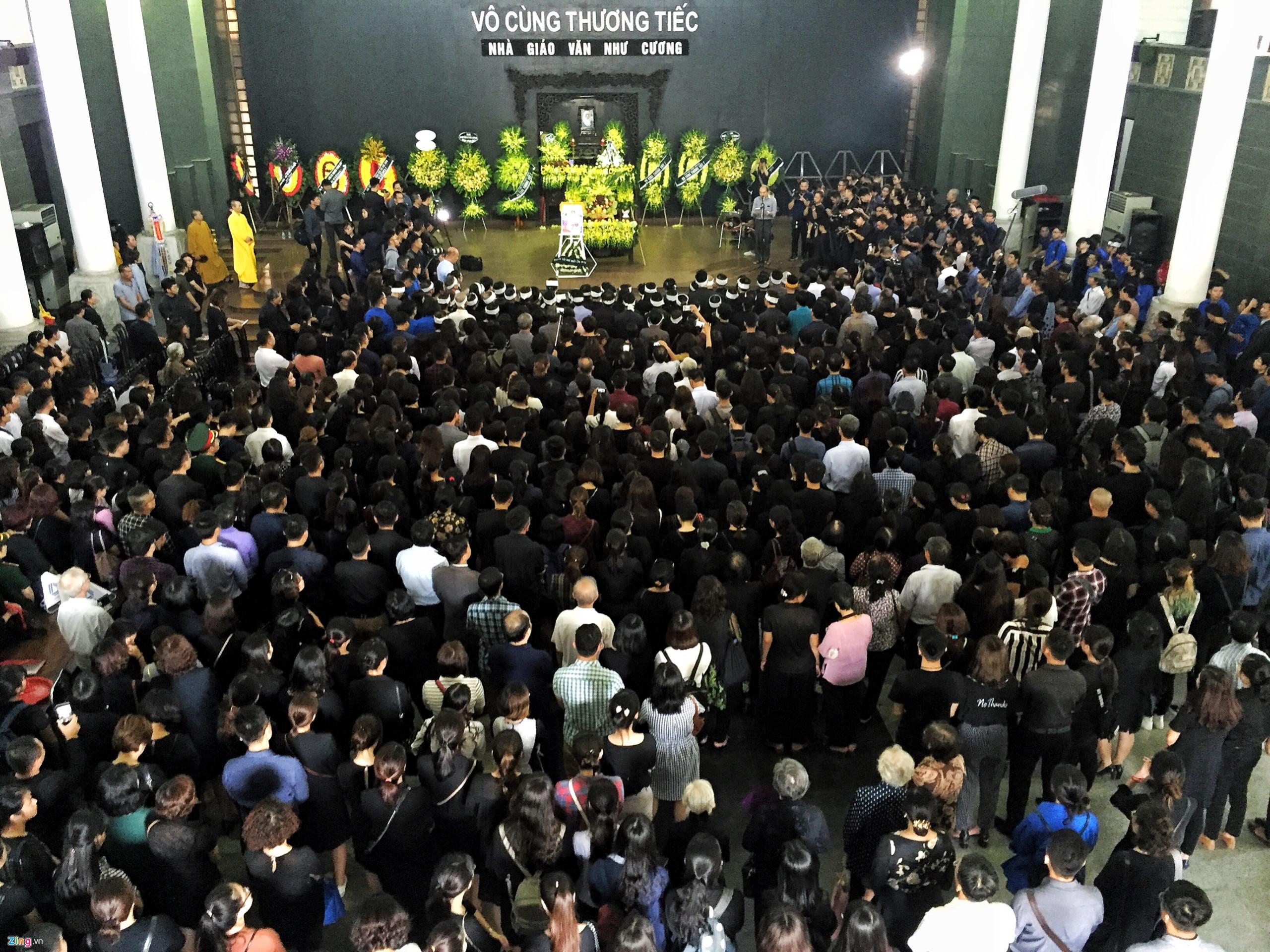 Rất đông đồng nghiệp, cựu học sinh và học sinh trường Lương Thế Vinh các thế hệ đã đến tiễn đưa nhà giáo.