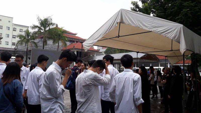 Các thế hệ học sinh trường Lương Thế Vinh không hẹn mà gặp đã cùng nhau tập trung tại nhà tang lễ