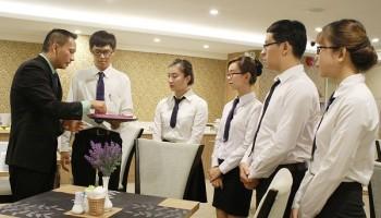 Kỹ năng phục vụ món ăn chuyên nghiệp cần có của nhân viên nhà hàng