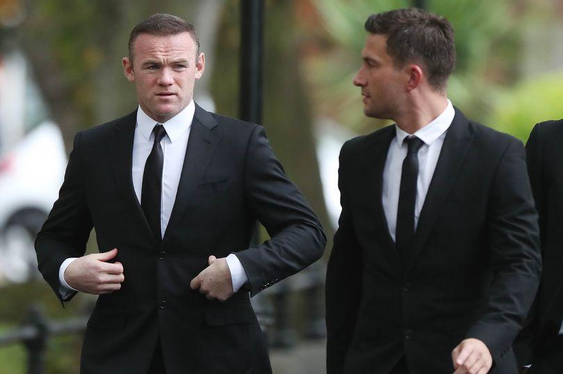 Ngôi sao của Everton ăn diện chỉn chu đến dự tang lễ.