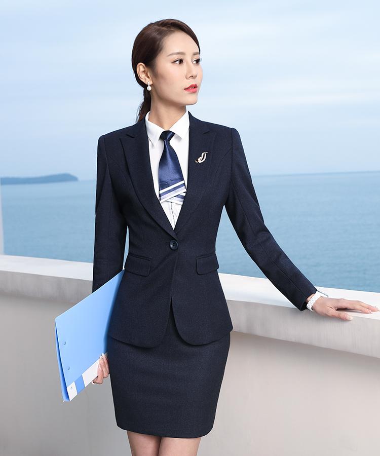 Một bộ vest công sở nữ mầu xanh navi sẽ là sự lựa chọn tốt trong trường hợp này.