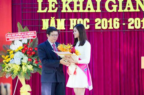 Thùy Dung tặng hoa cho thầy hiệu trưởng