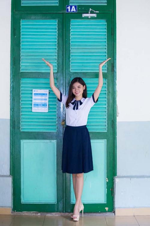 Á hậu Thùy Dung tinh khôi trong đồng phục học sinh1