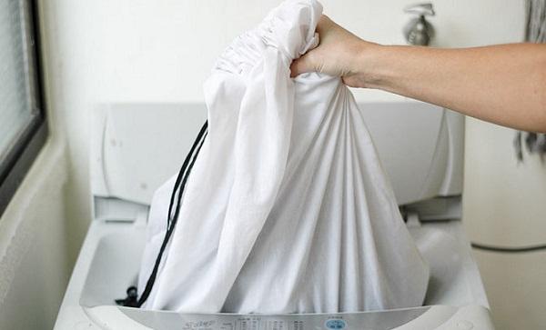 Cho áo khoác vảo túi trước khi giặt
