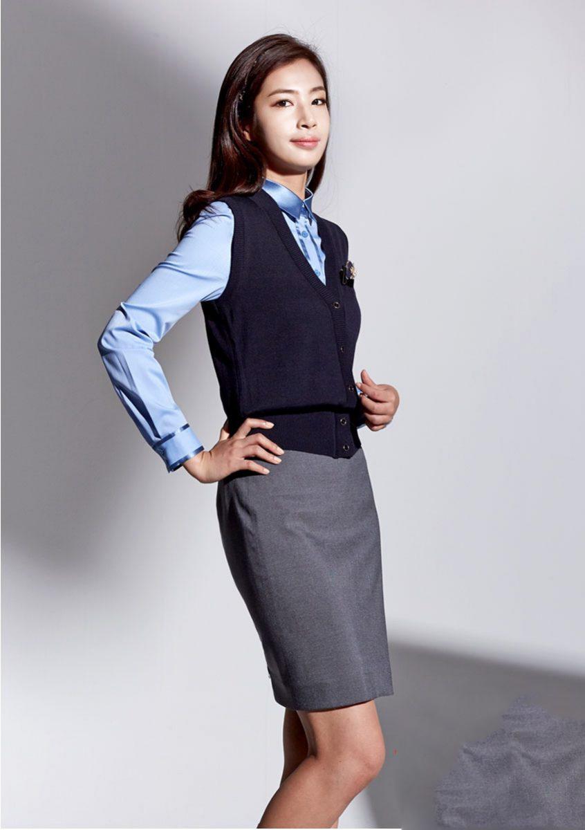 Thiết kế đồng phục lễ tân khách sạn 5 sao với gile hoặc vest nữ kết hợp chân váy