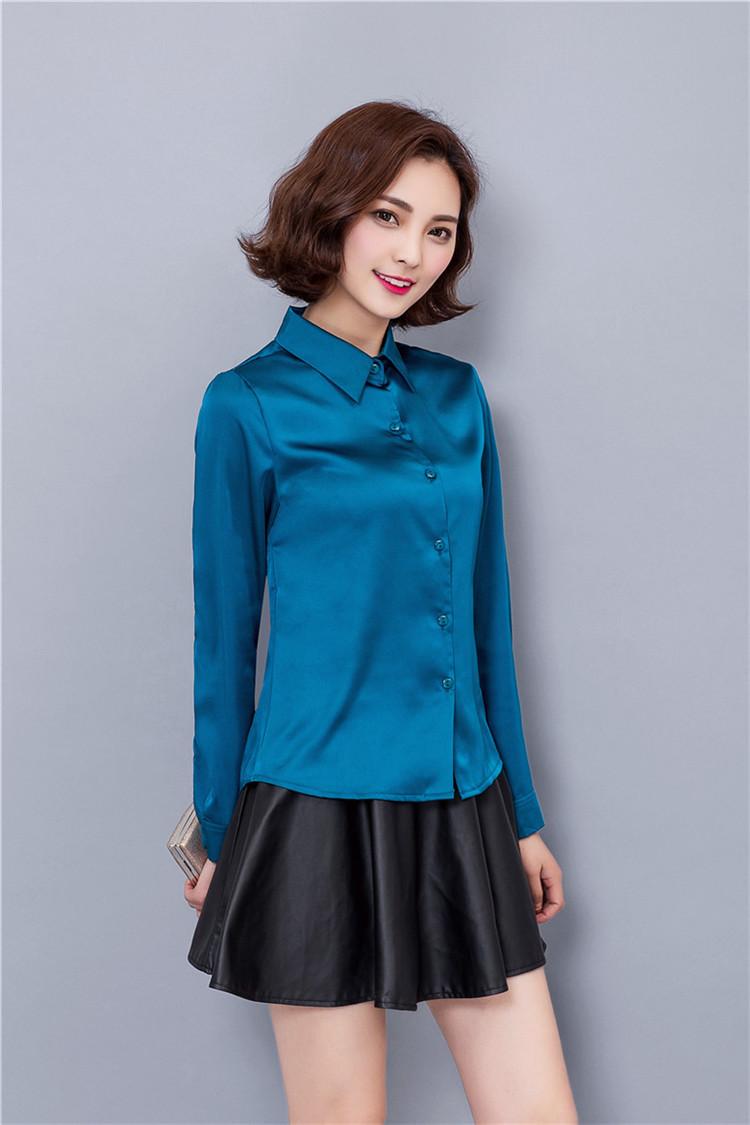 đồng phục sơ mi nữ xanh lục kết hợp với chân váy xòe.
