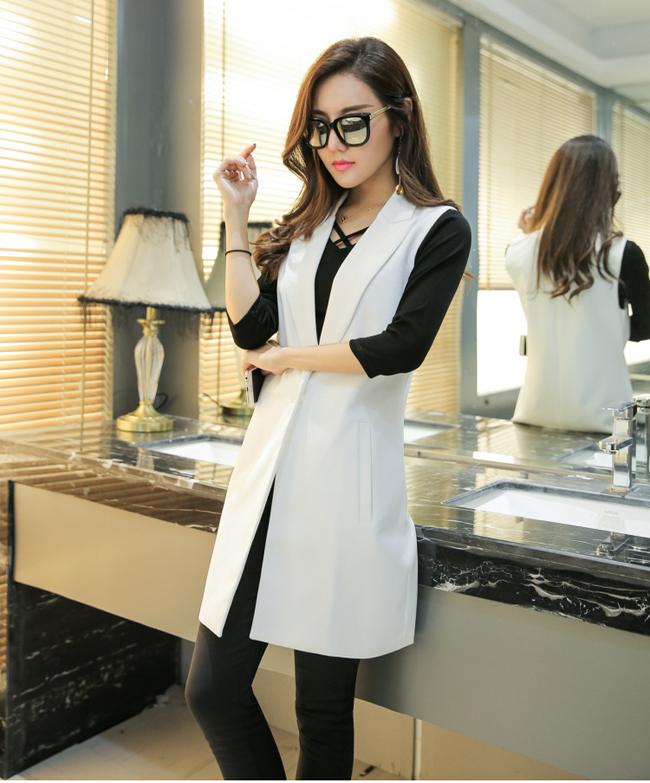 gile dài nữ mầu be kết hợp với áo tshirt đen, quần kaki.