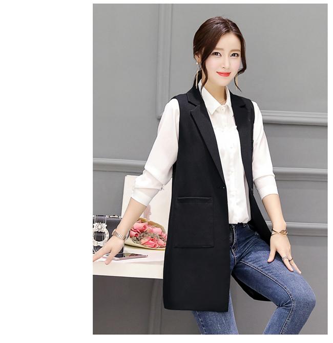 Gile dáng dài đen với đai áo lạ kết hợp với sơ mi trắng và jean trắng.2