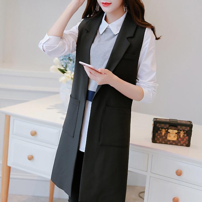 Gile dáng dài đen với đai áo lạ kết hợp với sơ mi trắng và jean trắng.4