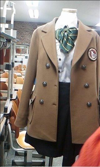 Đồng phục của trường Suwon Kwonsun với áo dạ khoác bên ngoài.