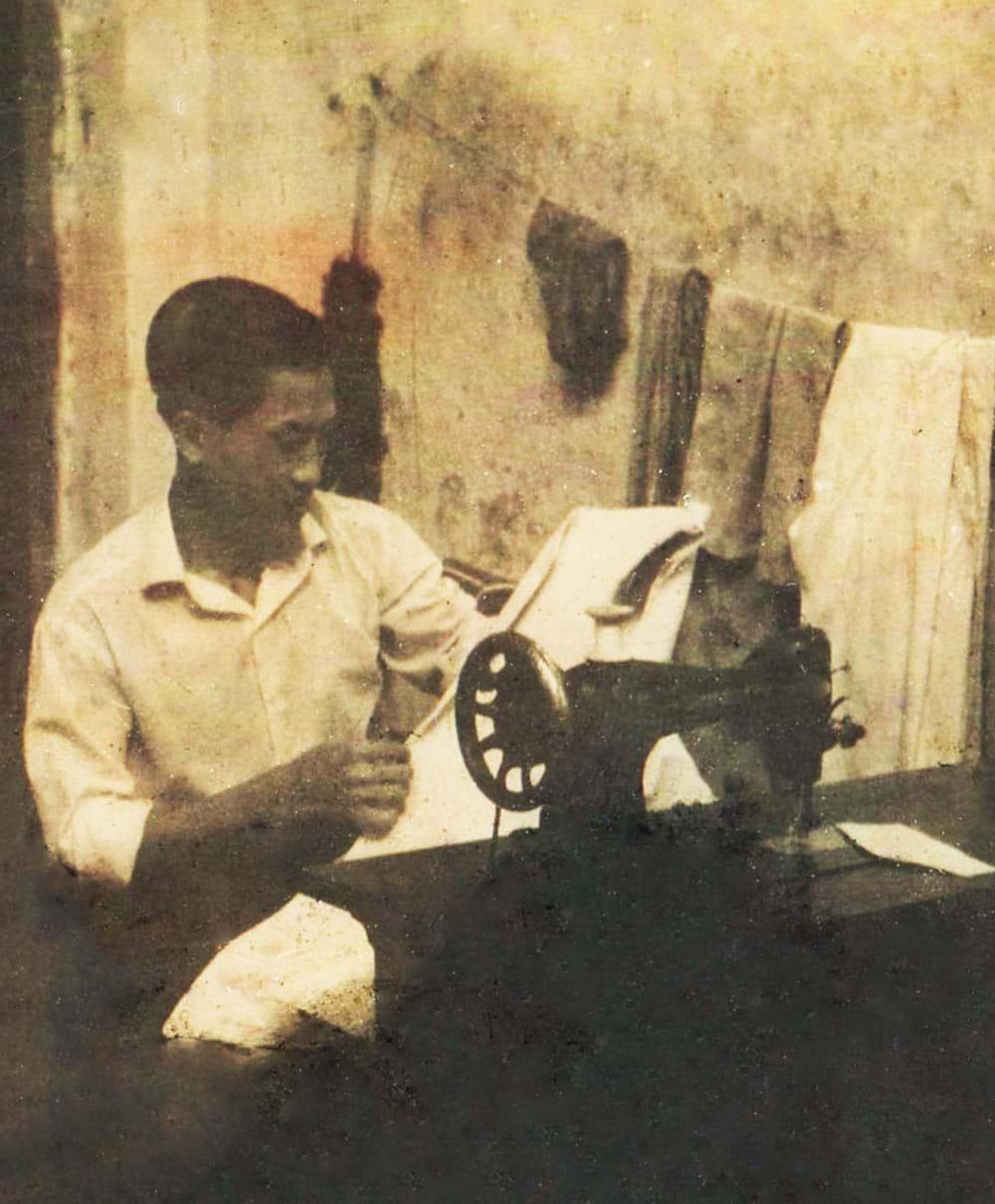 Nghệ nhân may mặc cao cấp Anh Hai Ve khi còn làm thợ may tại Nam Vang